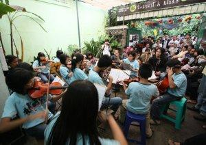 Zaky bareng FSE di acara Musik Sore Tobucil
