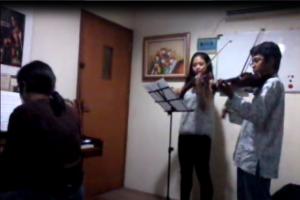 Latihan bersama Kak Eya Grimonia dan Bu Carolina S Yana